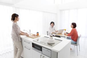 ダイニングキッチンでくつろぐ家族3人の写真素材 [FYI01298682]