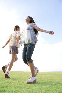 腕を組んで遊ぶ女性2人の写真素材 [FYI01298717]
