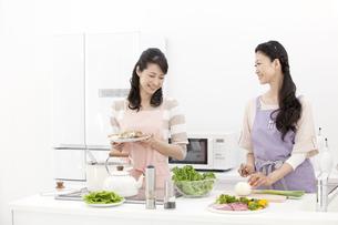 料理をする中高年女性2人の写真素材 [FYI01298746]