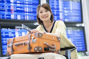 空港でカートを押す女性の写真素材 [FYI01298811]