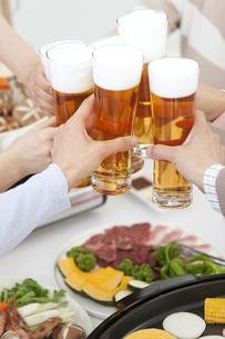 ビールで乾杯する6人の手の写真素材 [FYI01298854]
