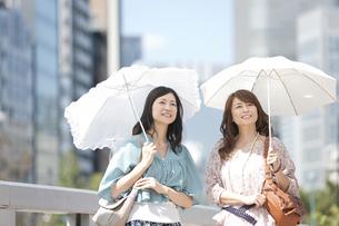 日傘を差している中高年女性2人の写真素材 [FYI01298878]