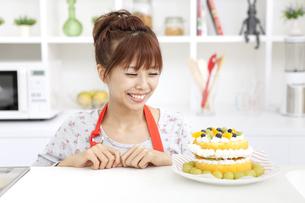ケーキを見ている笑顔の女性の写真素材 [FYI01298928]