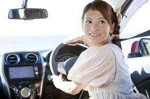 車を運転している女性の写真素材 [FYI01298958]