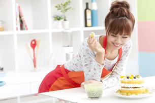 ケーキを見ている笑顔の女性の写真素材 [FYI01298960]