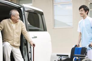 車から降りる杖をつく中高年男性の写真素材 [FYI01299022]