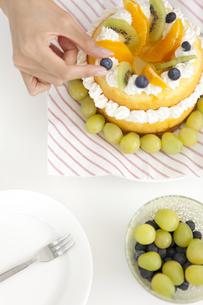 ケーキ作りをしている女性の手の写真素材 [FYI01299025]