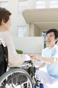 男性介護士と車いすに乗った中高年女性の写真素材 [FYI01299050]