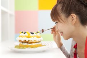 ケーキを食べようとしている女性の写真素材 [FYI01299056]