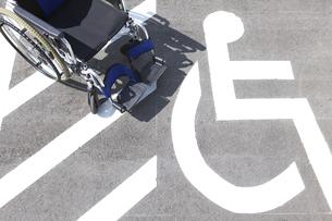 駐車場にある車いすの写真素材 [FYI01299081]