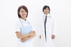 カルテを抱える笑顔の看護師と医師の写真素材 [FYI01299130]