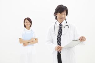 カルテを持っている医師と看護師の写真素材 [FYI01299133]