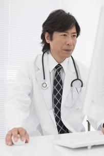 パソコンを操作する医師の写真素材 [FYI01299168]