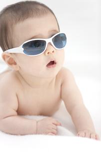 サングラスをかけている赤ちゃんの写真素材 [FYI01299189]