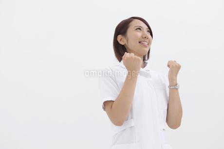 ガッツポーズする看護師の写真素材 [FYI01299195]