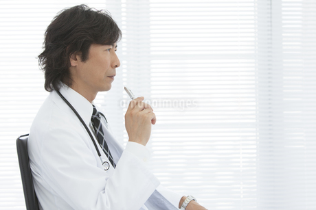 ペンを持って座っている医師の写真素材 [FYI01299212]