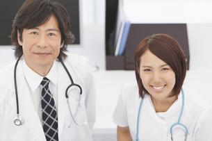 笑顔の医師と看護師の写真素材 [FYI01299232]