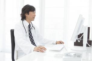 パソコンを操作する医師の写真素材 [FYI01299251]