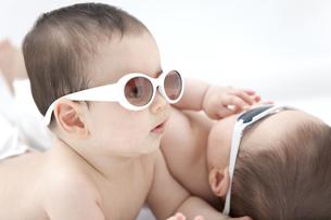 サングラスをかけている双子の赤ちゃんの写真素材 [FYI01299258]