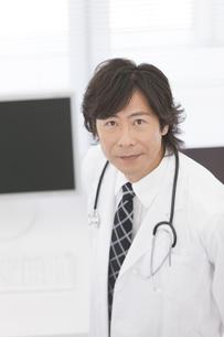 微笑む医師の写真素材 [FYI01299272]