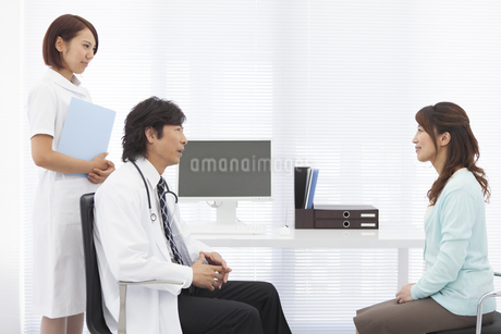 患者と会話する医師と看護師の写真素材 [FYI01299342]