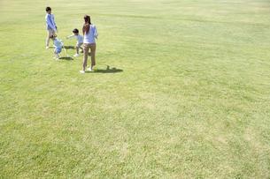 縄跳びで遊んでいる家族4人の写真素材 [FYI01299440]