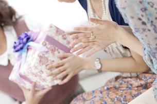 プレゼントでお祝いする女性たちの写真素材 [FYI01299472]