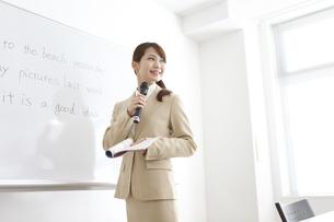 授業をする塾の先生の写真素材 [FYI01299549]