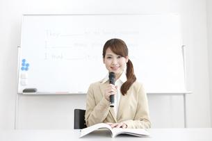 授業をする塾の先生の写真素材 [FYI01299552]