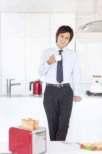 コーヒーを飲むビジネスマンの写真素材 [FYI01299642]