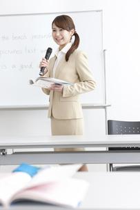 授業をする塾の先生の写真素材 [FYI01299646]