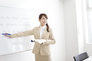 英語を教える塾の先生の写真素材 [FYI01299652]