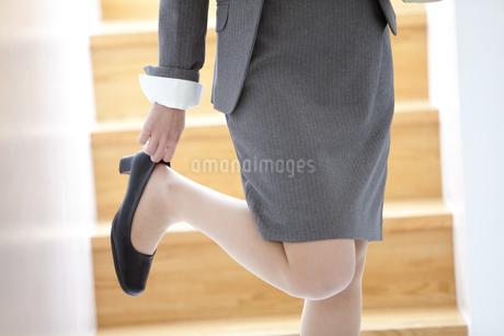 靴を履いているビジネスウーマンの写真素材 [FYI01299664]