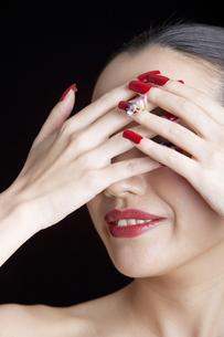 ネイルをした女性の手と顔の写真素材 [FYI01299704]