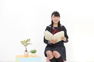 本を持っている女子校生の写真素材 [FYI01299720]