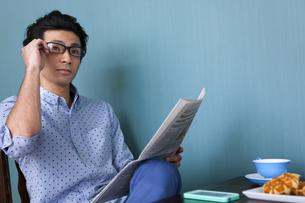新聞を読む男性の写真素材 [FYI01299732]
