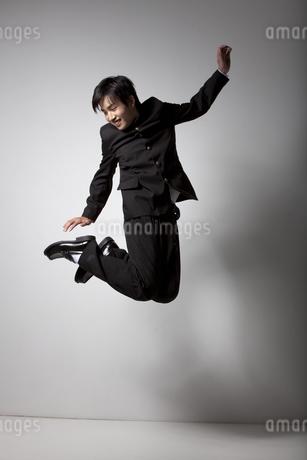 ジャンプしている男子中高生の写真素材 [FYI01299756]
