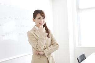 笑顔の塾の先生の写真素材 [FYI01299757]