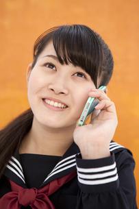 スマートフォンで電話している女子校生の写真素材 [FYI01299778]