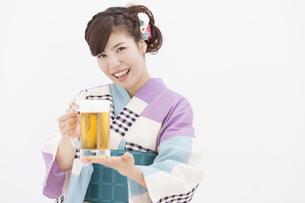 ビールジョッキを持っている浴衣姿の女性の写真素材 [FYI01299784]