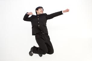 ジャンプしている男子中高生の写真素材 [FYI01299813]