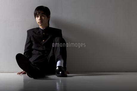座っている男子中高生の写真素材 [FYI01299861]