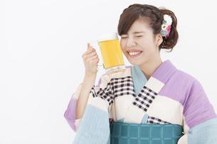 ビールジョッキを持っている浴衣姿の女性の写真素材 [FYI01299887]