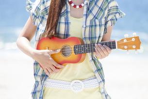 ウクレレを演奏している女性の写真素材 [FYI01299910]