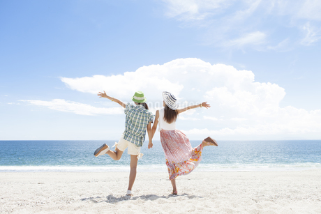 海岸でポーズをとる女性2人の後姿の写真素材 [FYI01299929]