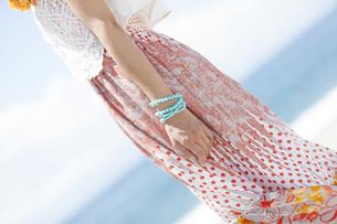 海岸に立っている女性の写真素材 [FYI01299937]