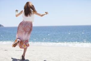 海岸で走っている女性の写真素材 [FYI01299966]