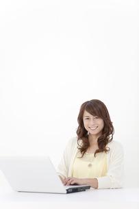 パソコンを操作する中高年女性の写真素材 [FYI01300022]