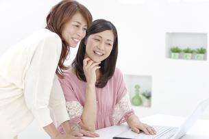 パソコンを見る中高年女性2人の写真素材 [FYI01300119]
