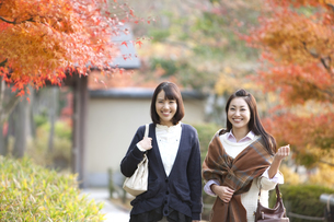 歩いている女性2人の写真素材 [FYI01300195]
